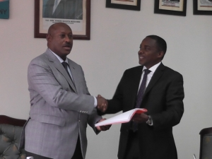 Ho. Fredrick Ruhindi (lef) handing over office to Hon. William Byaruhanga, the new Attorney General at the Ministry of Justice and Constitutional Affairs on June 22 2016 (PHOTO: Edgar Kuhimbisa)